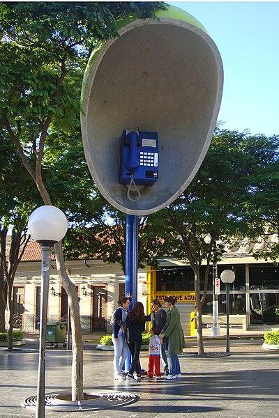 Ficheiro:ITU 07 2009 Giant Phone 6037.jpg
