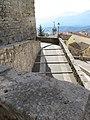 Il simbolo della triplice cinta inciso su una lastra di pietra di fianco all'ingresso dell'Acropoli di Ferentino - panoramio.jpg