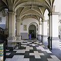 Interieur, overzicht van een gedeelte van de hoofdentree met gewelven, zuilen en tegelvloer - 's-Gravenhage - 20387425 - RCE.jpg