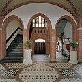 Interieur overzicht hal met trappenhuis - Hoeven - 20321629 - RCE.jpg