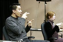 Interpreti di due lingue dei segni lavorano fianco a fianco ad un meeting di un'associazione studentesca