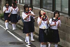Jeunes lycéennes japonaises en sailor fuku