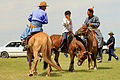 Jeźdźcy na stepie na lokalnym festiwalu Naadam (04).jpg