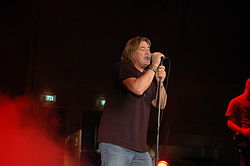 Heuy Kyle singing during a 2006 concert.