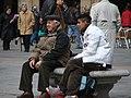 Jung und Alt auf der Plaza Mayor (7808836).jpg