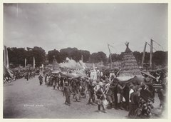 KITLV 3630 - Céphas - Parade of the ceremonial troops of the Sultan of Jogjakarta firing salute shots at the alun-alun as a tribute to the sacrifices on the occasion of Garebeg - Around 1910.tif