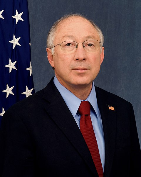 Datei:Ken Salazar official DOI portrait crop.jpg