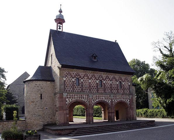 Надвратная капелла Лоршского монастыря. Начало X века.