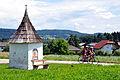 Koettmannsdorf Gaisach Wegkapelle und Rennradfahrer 05072011 222.jpg