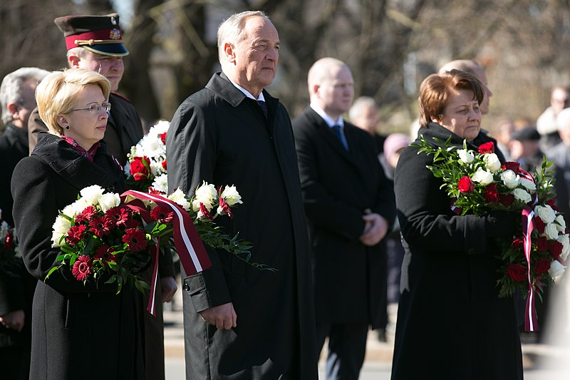 File:Komunistiskā genocīda upuru piemiņai veltītā ziedu nolikšanas ceremonija pie Brīvības pieminekļa (16738770970).jpg