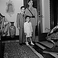 Koning Hussein met jongere familieleden, prins Hassan en prins Mohammad, Bestanddeelnr 255-5069.jpg