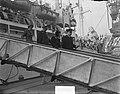Koningin Juliana bij de terugkeer van het schip Groote Beer. De koningin op de l, Bestanddeelnr 903-7814.jpg