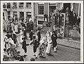 Koninklijk bezoek aan Friesland. Voor het stadhuis van Sneek wordt door een dans, Bestanddeelnr 014-1171.jpg