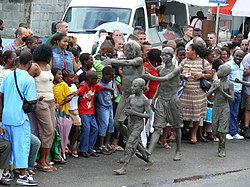 photographie de scène de rue. Diversités ethniques de la population. Des personnes recouvertes de boue symbolisent les nègres marrons
