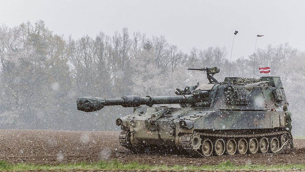Latvian soldiers training on Austrian M109A5O.jpg
