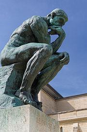Бронзовая статуя Мыслителя 1902 года из музея Родена в Париже.