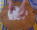 Les mains d'une femme dans la farine.jpg