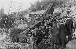 Getå railroad disaster - The F 1200 has jumped the embankment, landing on the road below. The gutted front cars can be seen behind the locomotive while the dining car is resting on the embankment at a 45° angle.