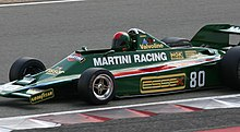 Photo de Mario Andrettu pilotant une Lotus 80 à un meeting.