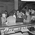 Luchtvaart-schipbreukelingen in motel in Amsterdam, de mensen korten de tijd met, Bestanddeelnr 914-7727.jpg