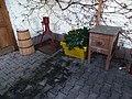Máslovice, Muzeum másla, exponáty před vstupem.jpg