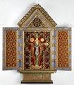 MCC-12772 Kastje in vorm van triptiekje waarin zilveren crucifix, buitenkant tekst aangaande 25-jarig jubileum A.W.K. Ariëns als president R.K. par. Armbestuur (1).tif