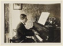 Photo représentant Maurice Ravel au piano.
