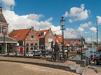 Monnickendam - Image: Monnickendam, sculptuur van een monnik op de brug bij de Waag foto 8 2014 05 25 11.09