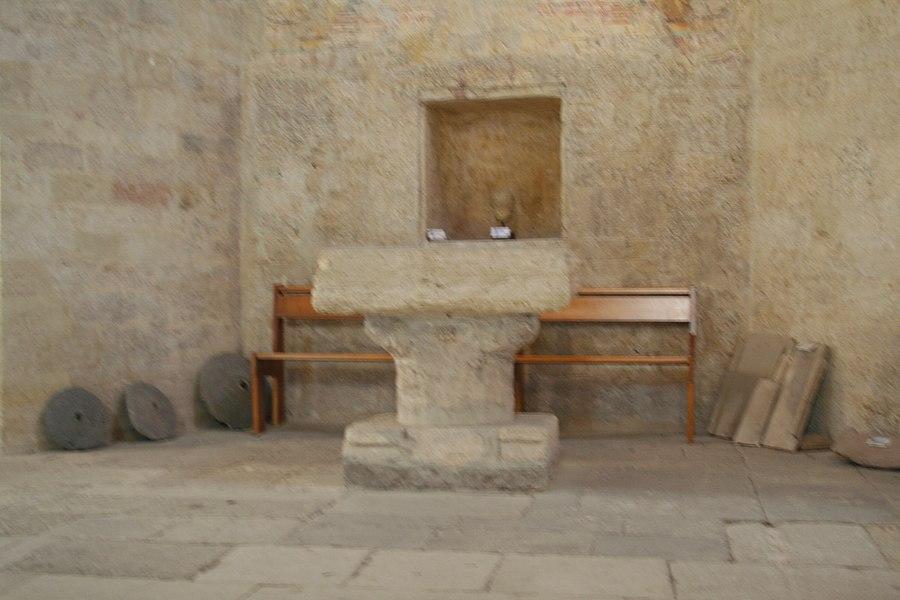 Montbazin (Hérault) - Chapelle castrale Saint-Pierre - autel wisigothique.