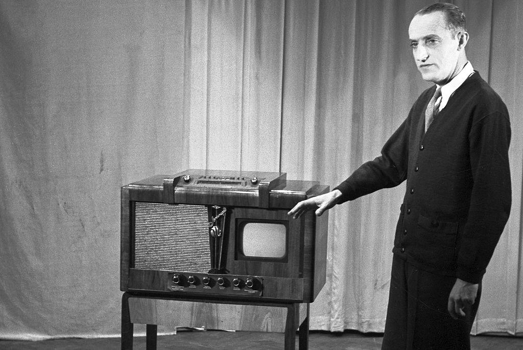 """Na zdj. Kazimierz Rudzki prezentuje odbiornik telewizyjny """"Leningrad""""12.03.1954 r."""