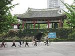 Das alte Stadttor im Zentrum von Kaesong.
