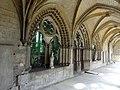 Noyon (60), cathédrale Notre-Dame, cloître, galerie ouest, fenêtres et porte du réfectoire - salle capitulaire.jpg