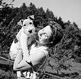 Olga poseert met een Airedale Terrier, Bestanddeelnr 254-3399.jpg