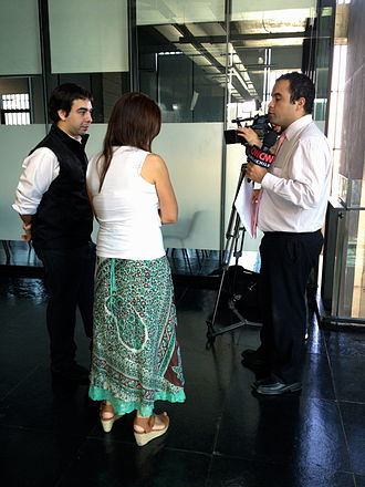 CNN Chile - Wikipedians being interviewed by a reporter for CNN Chile