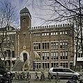 Overzicht voorgevel, bekroond door natuurstenen kantelen, met ingangspartij - Amsterdam - 20408989 - RCE.jpg