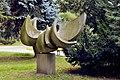 PL - Mielec - rzeźba Gołąb (Bernard Lewiński), park Oborskich - Kroton 002.JPG