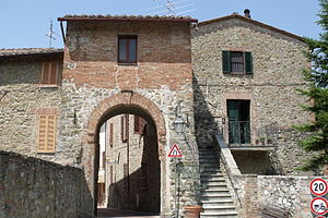 English: City gate Porta Perugina in Paciano, ...