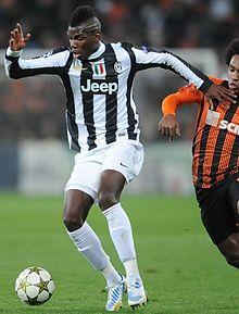 Pogba in azione alla Juventus nel 2012: si nota la longilinea struttura fisica del giocatore nonché i lunghi arti inferiori.