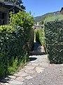 Petit chemin piéton dans une zone résidentielle d'Embrun.jpg