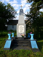 Pidhaitsi Mlynivskyi Rivnenska-monument to the warriors-countrymen.jpg