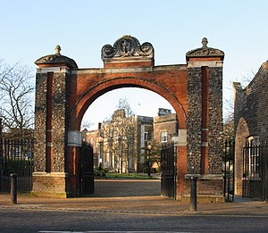 Pitzhanger Manor - Pitzhanger gates and entrance to Walpole Park