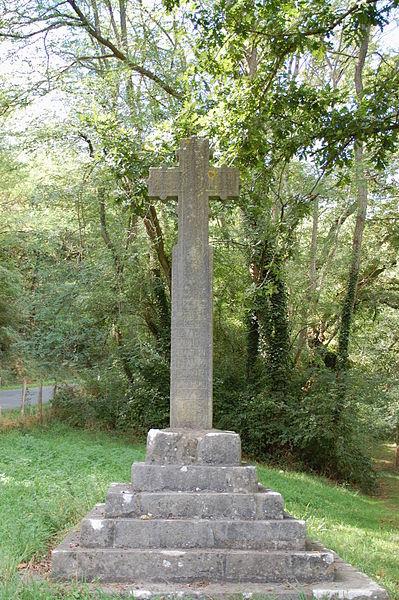 """Croix de chemin à Saint-Esteben où est écrit en basque: """"1683, PREDO DE PELERETEGUI EGUIN DU HARRI HAU R? D??E BETHI E?UO"""" (Pierre de Peleretegui a réalisé cette pierre? toujours?)."""