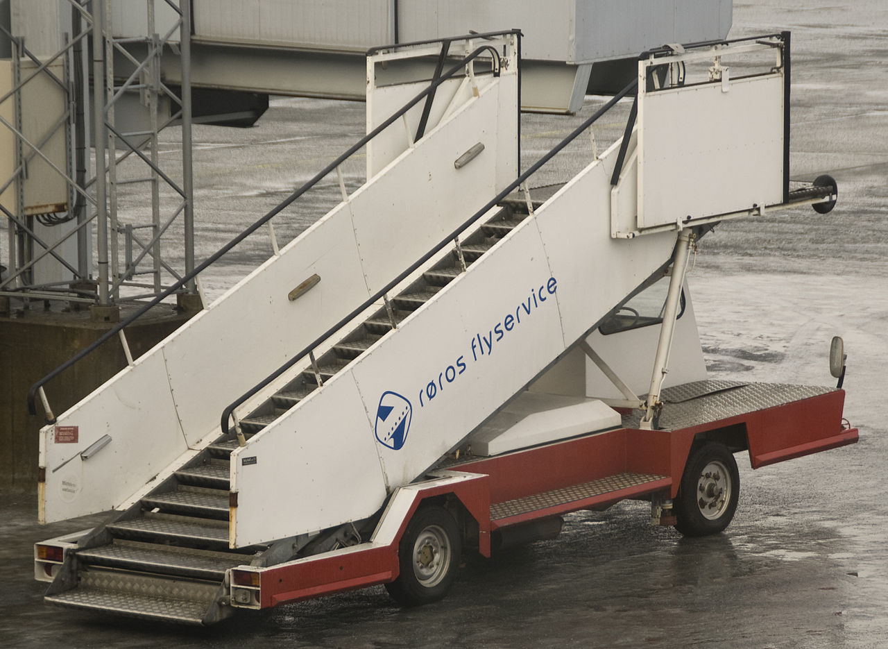 File:Røros Flyservice Mobile Stairs At Værnes