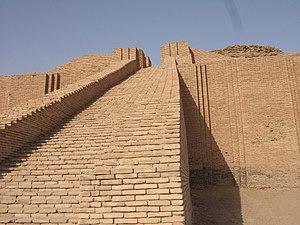 Återuppbyggd ziggurat i Babylon.