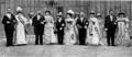 Reines de Paris, Turin et Milan 1905 dans la cour d'honneur de l'Elysée.png