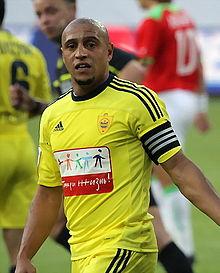 Roberto Carlos con la maglia e la fascia di capitano dell'Anži