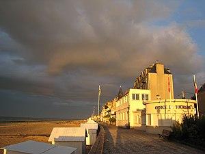 Saint-Aubin-sur-Mer, Calvados - Image: Saint aubin sur mer calvados front de mer le soir