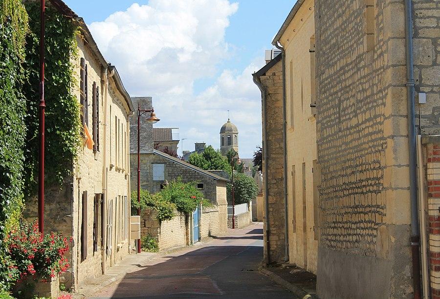 Rue de l'église à Sainte-Croix-Grand-Tonne (Calvados)
