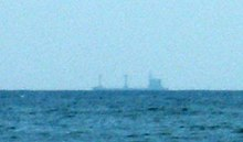 Der Rumpf des weit entfernten Schiffes verschwindet am Ende der perspektivischen Sicht.