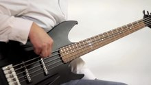 Fichier:Slap and harmonics on a 5 string bass guitar.ogv